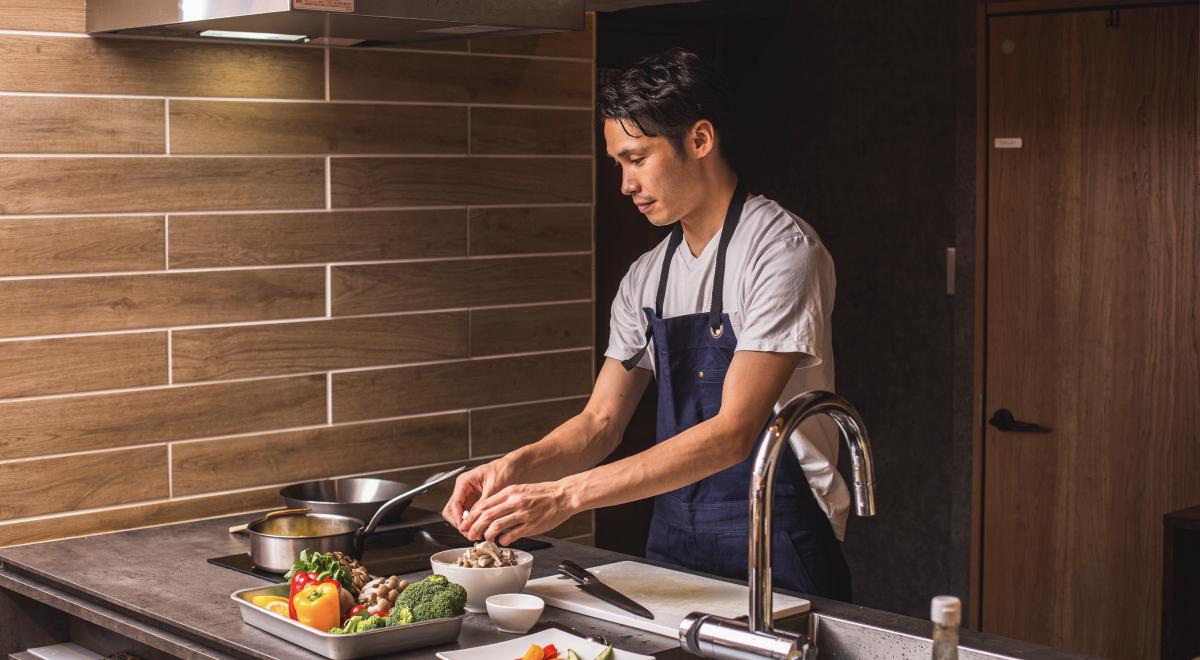 写真:料理をしている男性