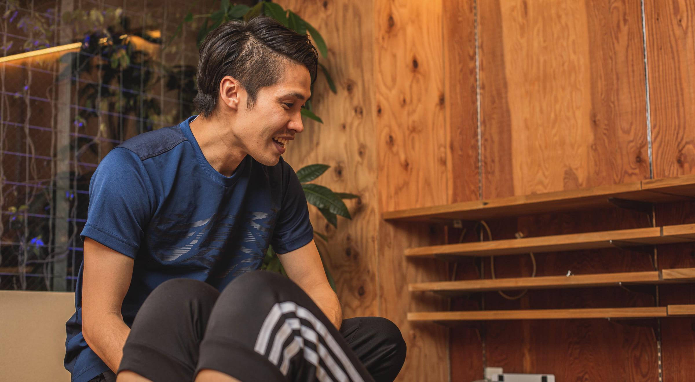 写真:トレーニングのサポートをしている男性