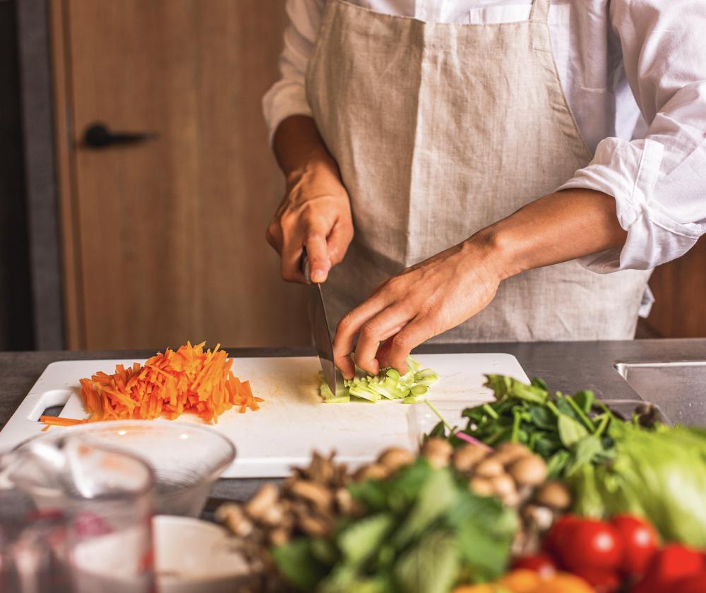 写真:野菜を切っている手元